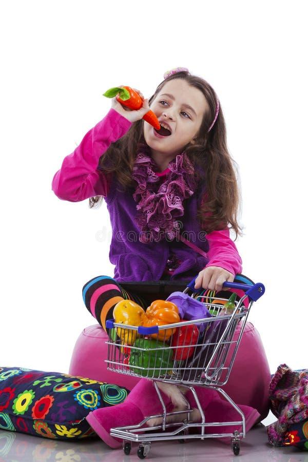 Ребенок показывая овощи стоковое изображение rf