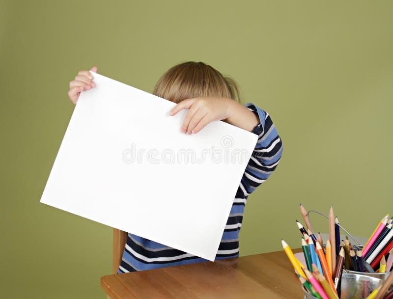 Ребенок показывая пустую страницу стоковое изображение