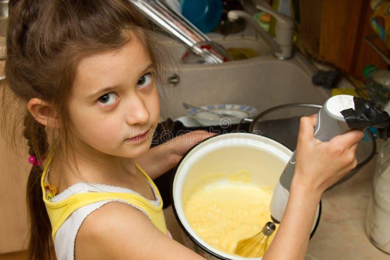 Ребенок подготавливая печенья в кухне стоковое фото