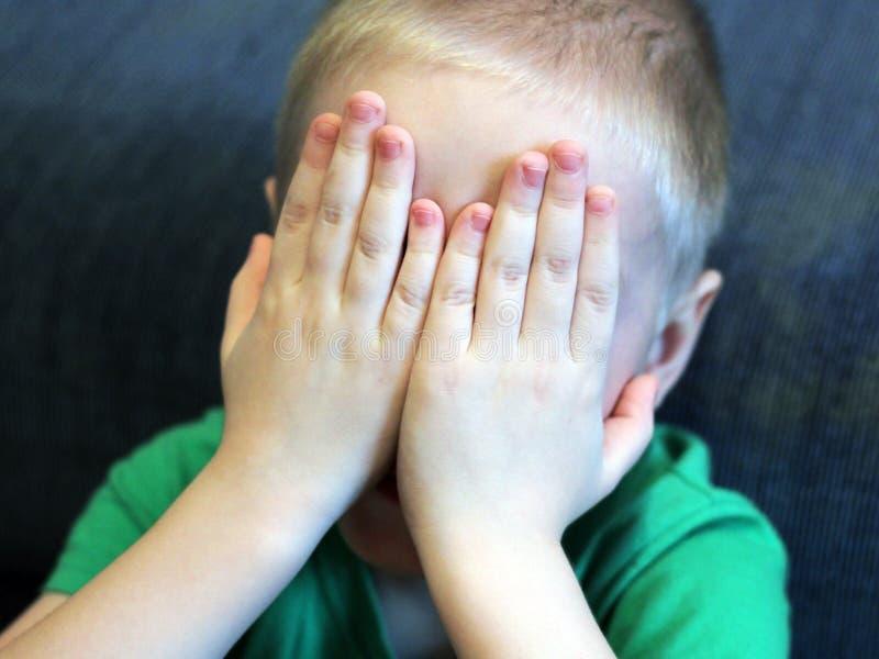 Ребенок предусматривал его сторону с его руками стоковое фото rf
