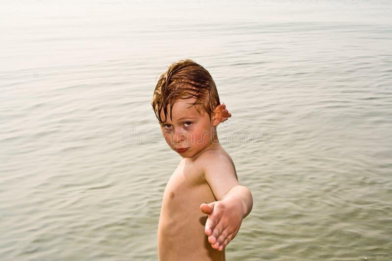 Download Ребенок представляет гордо в океане Стоковое Фото - изображение насчитывающей мило, жизнерадостно: 40579530