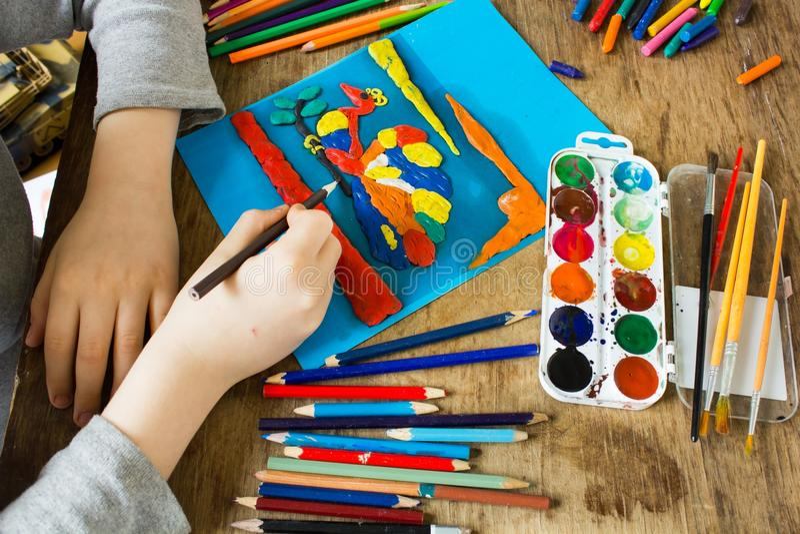 Ребенок приниманнсяые за творческие способности стоковые изображения