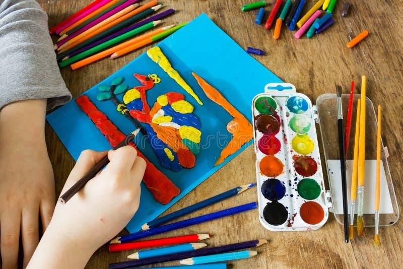 Ребенок приниманнсяые за творческие способности стоковые фотографии rf