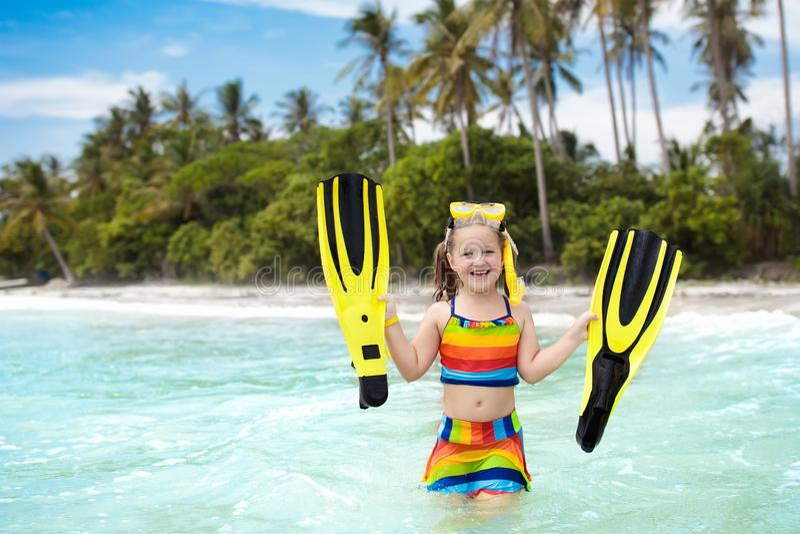 Ребенок при ребра заплыва snorkeling на тропическом пляже стоковое изображение
