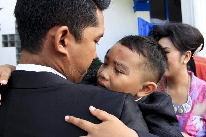 Ребенок плакал в его подоле ` s дядюшки стоковые фотографии rf