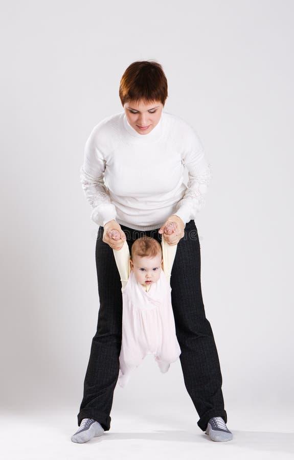 ребенок работая ее детенышей мати стоковые изображения rf