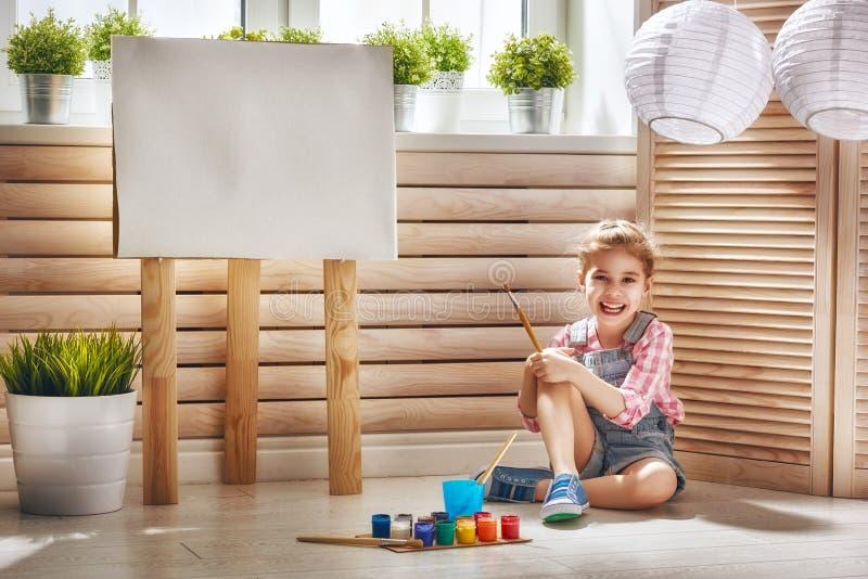 ребенок рисует краски стоковые изображения rf