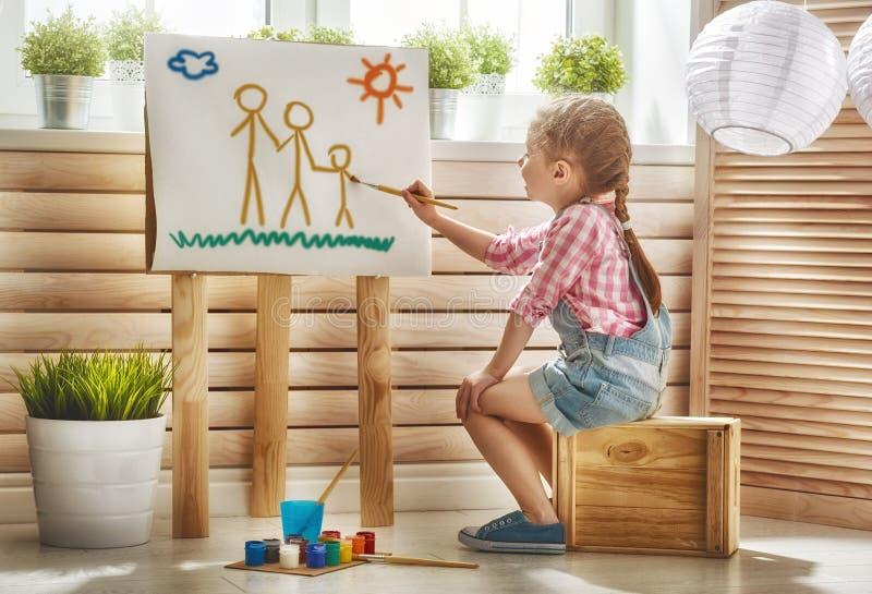ребенок рисует краски стоковое изображение rf