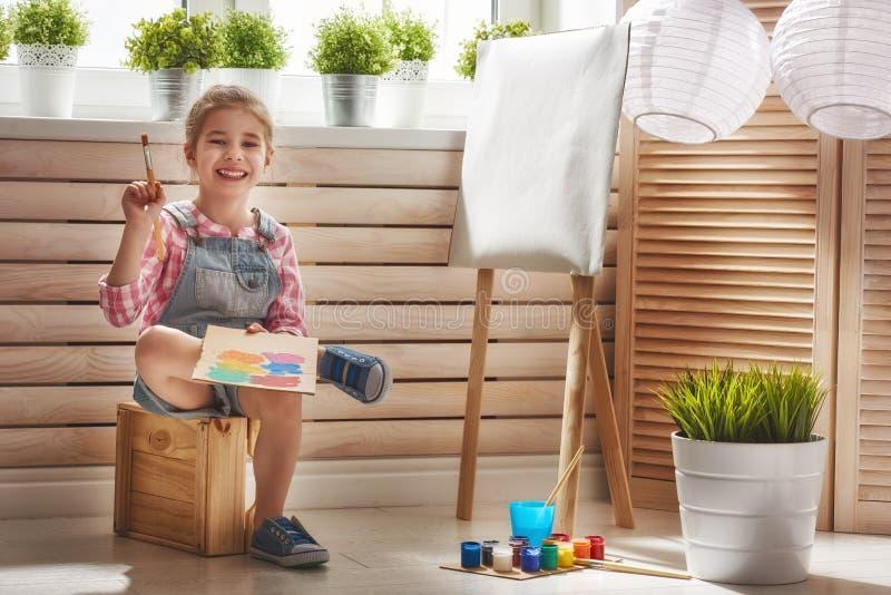 ребенок рисует краски стоковые изображения