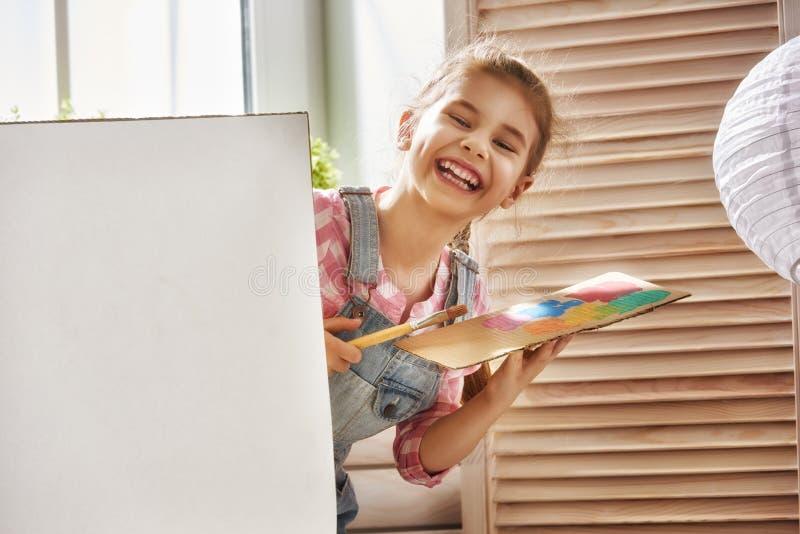 ребенок рисует краски стоковое изображение