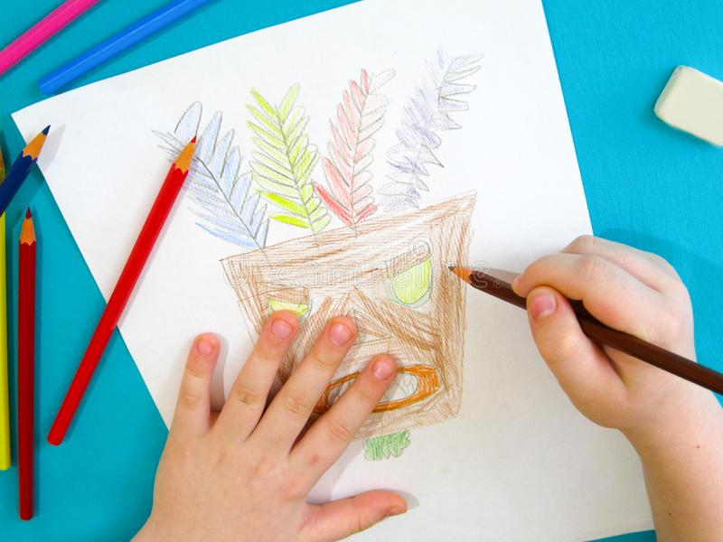 Ребенок рисует маску индейца стоковые фотографии rf