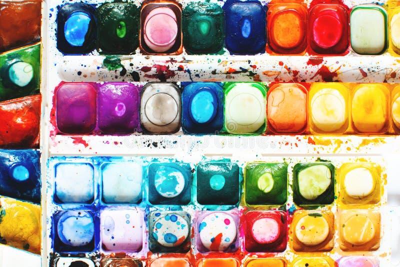 Ребенок рисует с красками стоковые изображения