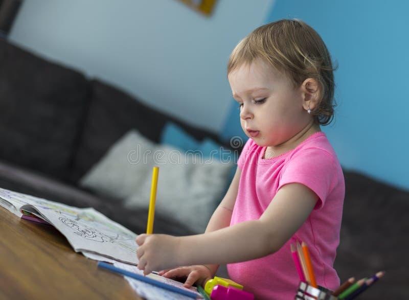 Ребенок рисуя дома стоковые фотографии rf