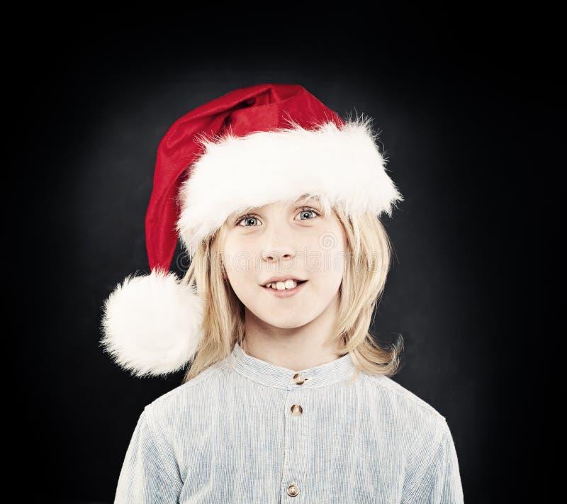 Ребенок рождества Счастливый мальчик в красной шляпе Санты Portr студии стоковые фотографии rf
