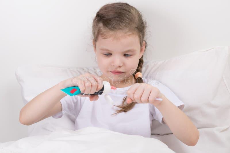 Ребенок сам перед мечтой желает очистить зубы стоковые фотографии rf