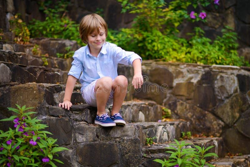 Ребенок сидя на шагах стоковое изображение rf