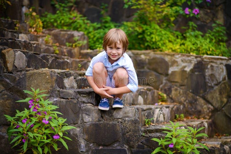 Ребенок сидя на шагах стоковые изображения rf
