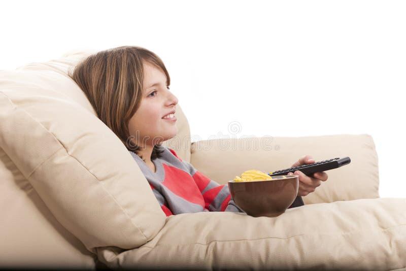 ребенок смотря телевидение стоковые фотографии rf