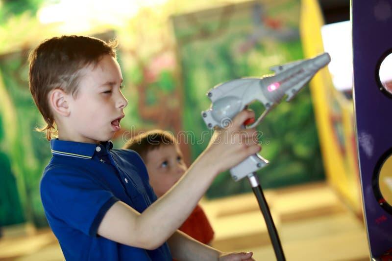 Ребенок снимает пистолет стоковые фото