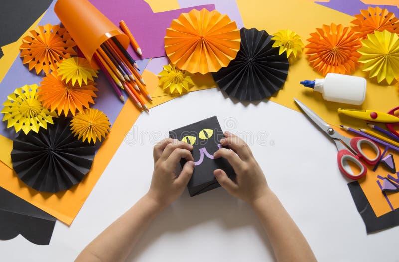 Ребенок создает подарочную коробку черного кота Партия на хеллоуин стоковая фотография rf