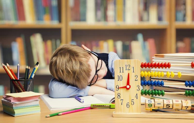 Ребенок спать в школе, утомленный ребенк студента уснувший на таблице стоковые изображения rf