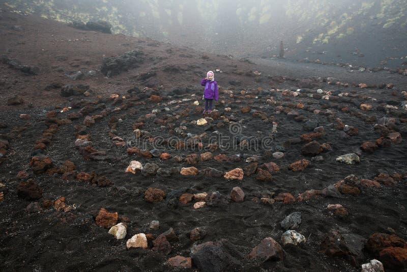 Ребенок стоя в духовной спирали в кратере вулкана Этна стоковое изображение