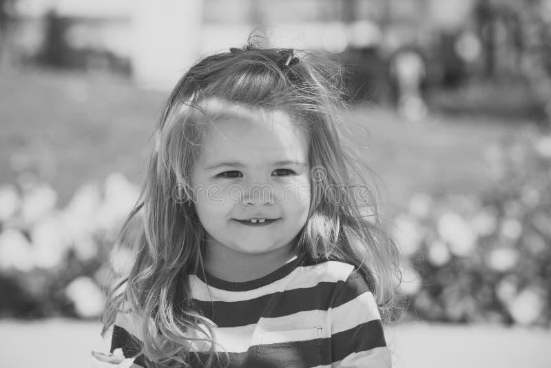 ребенок счастливый маленький ребенок представляя на луге с зеленой травой стоковые изображения
