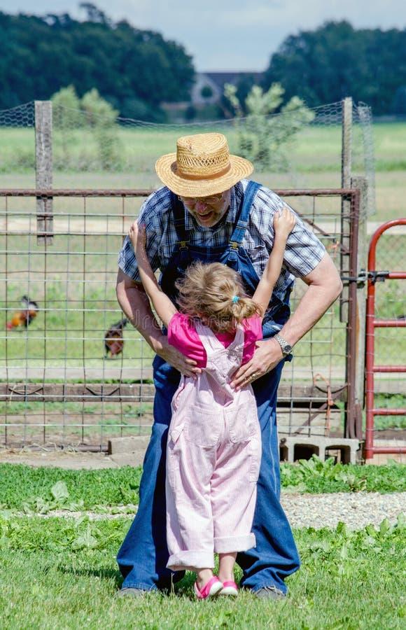 Ребенок счастливый для того чтобы увидеть grandpa стоковое изображение rf