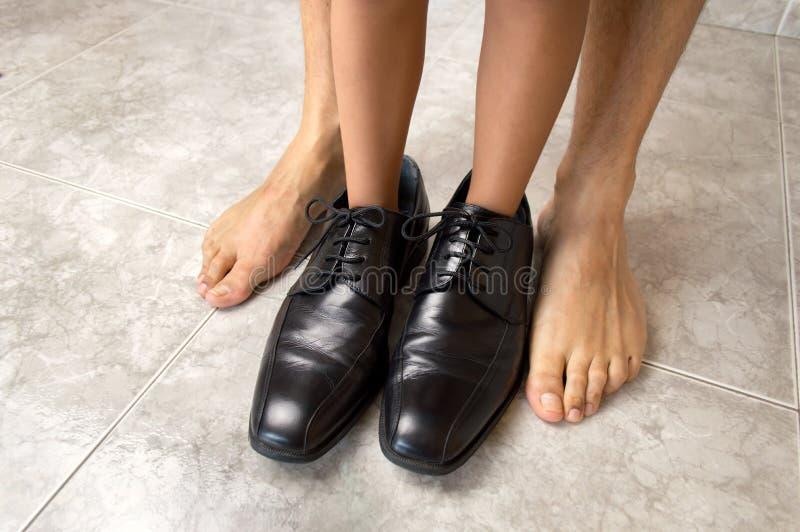 Ребенок с ботинками и его отца босоногий отец стоковая фотография rf