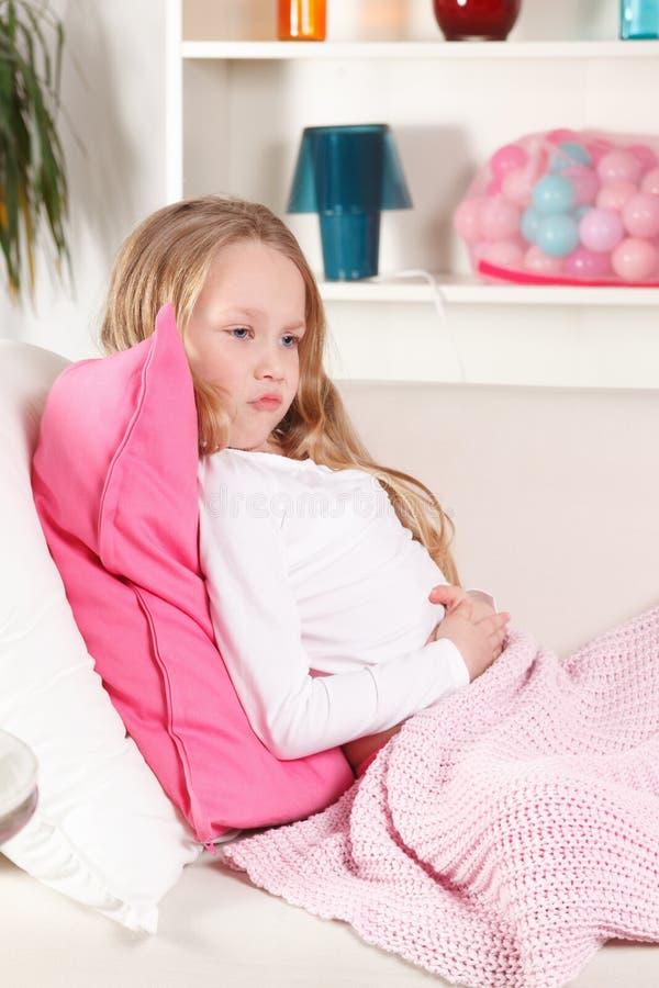 Ребенок с болью в животе стоковое фото rf