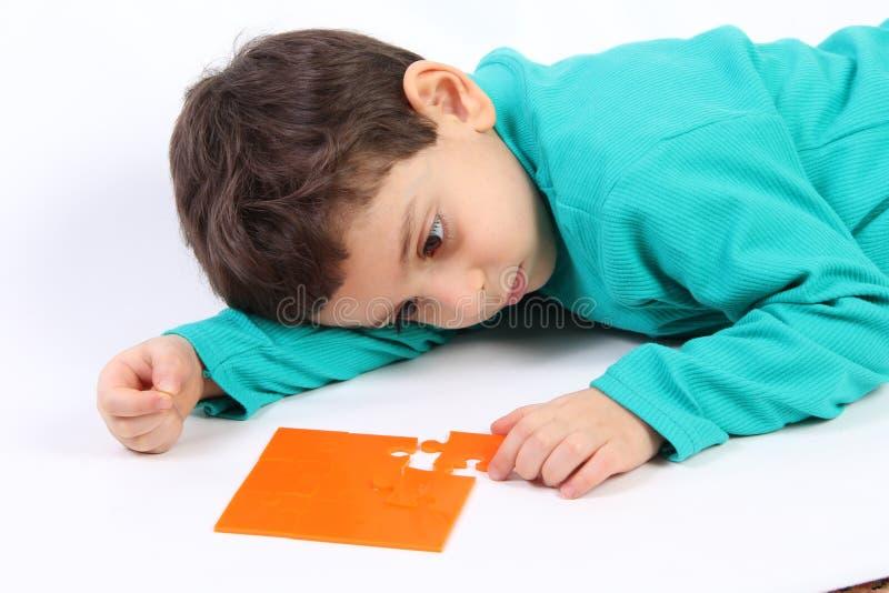 Ребенок с головоломкой стоковая фотография rf