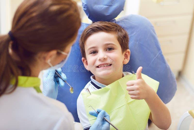 Ребенок с дантистом в зубоврачебном офисе стоковые фотографии rf