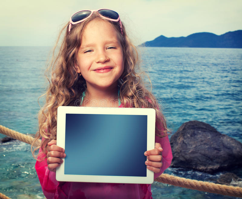 Ребенок с компьютером таблетки стоковая фотография rf