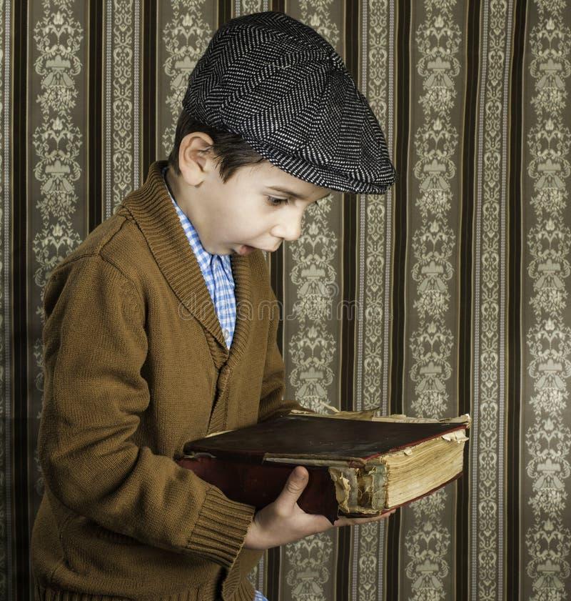 Ребенок с красной винтажной книгой стоковое изображение rf