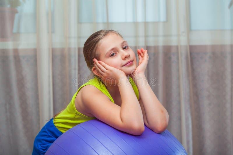 Ребенок с на шариком для fittnesa дома стоковое изображение rf