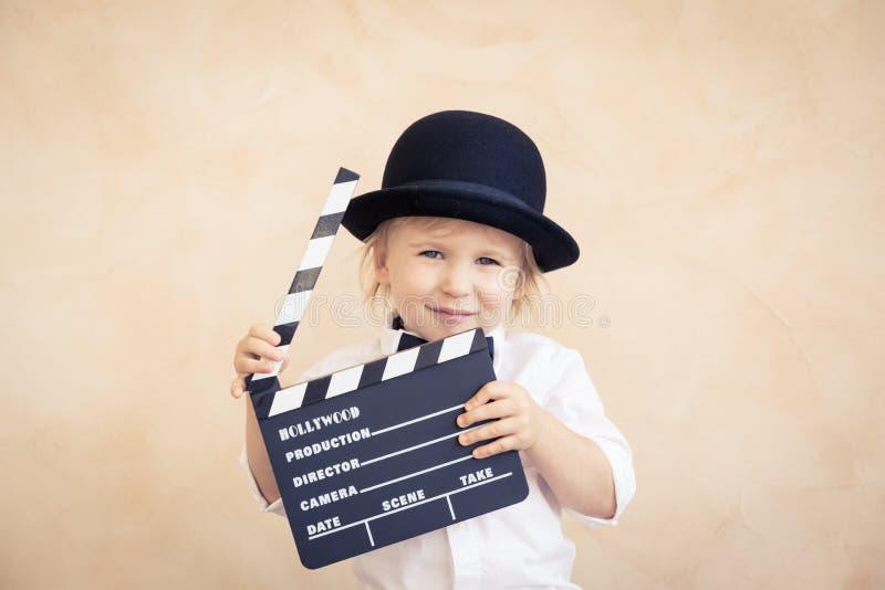 Ребенок с нумератором с хлопушкой играя дома стоковые фотографии rf