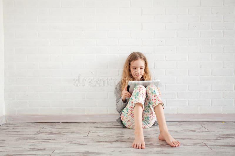 Ребенок с планшетом стоковое фото rf