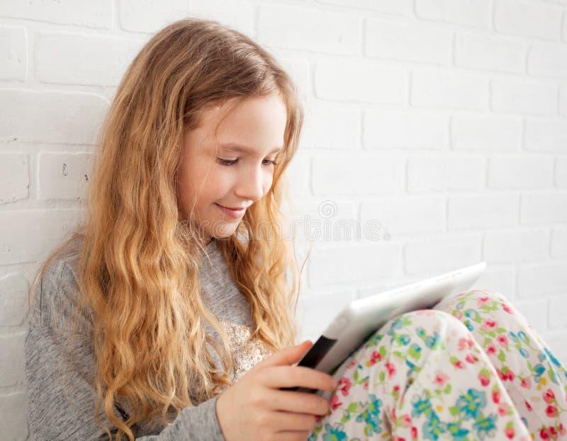 Ребенок с планшетом стоковые фото