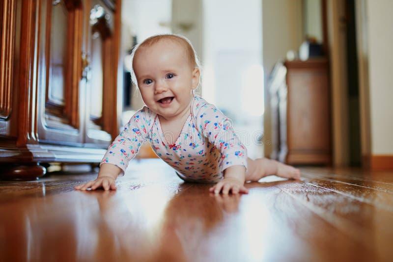 Ребенок уча вползти стоковое фото