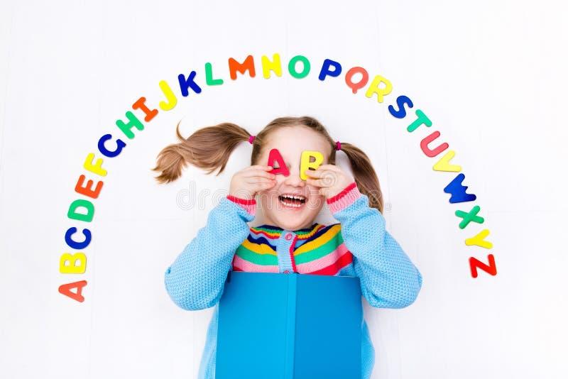 Ребенок уча письма алфавита и читать стоковые фотографии rf