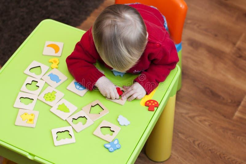 Ребенок учит сортировать формы стоковое изображение rf