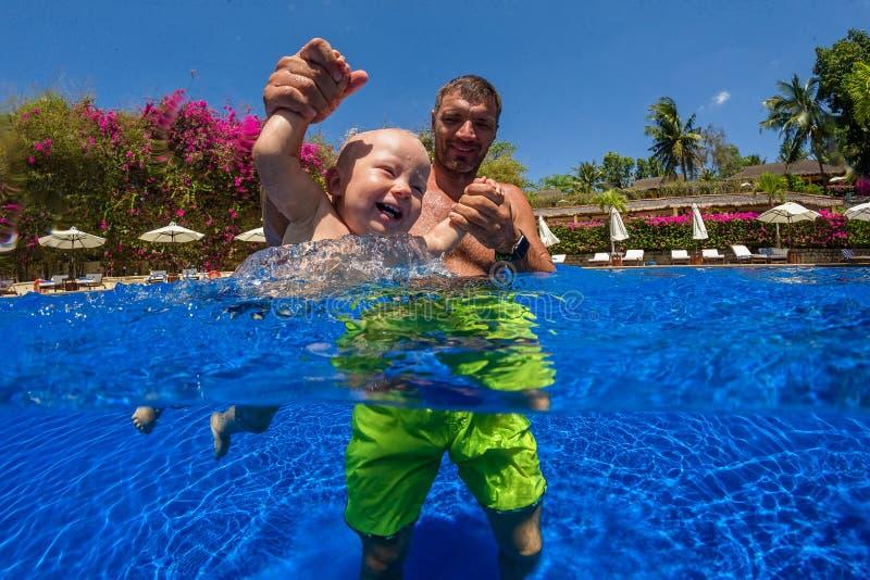 ребенок учит swim к стоковые фотографии rf