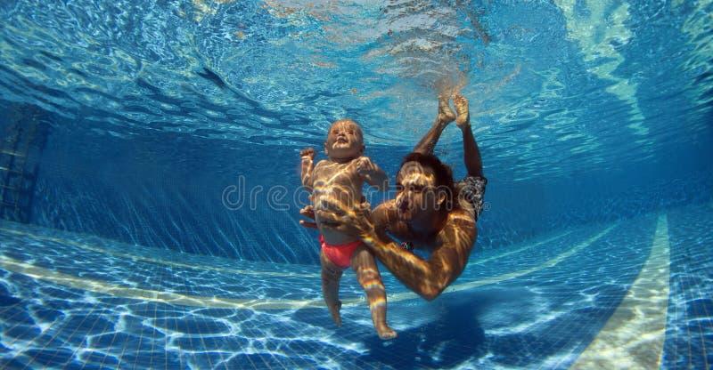 ребенок учит swim к стоковая фотография rf