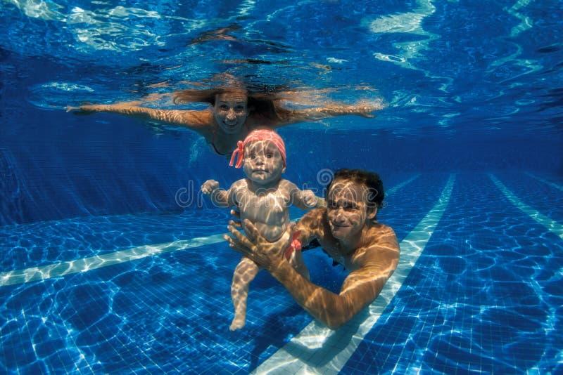 ребенок учит swim к стоковое изображение