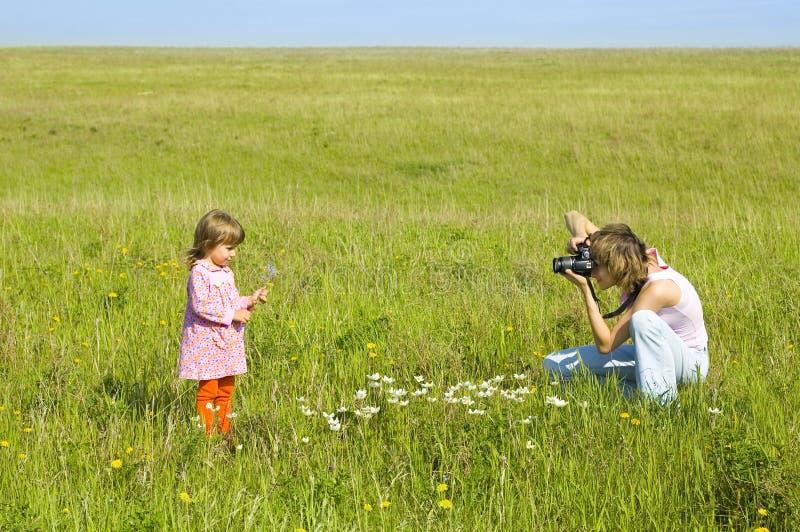 ребенок фотографируя женщину стоковое фото rf