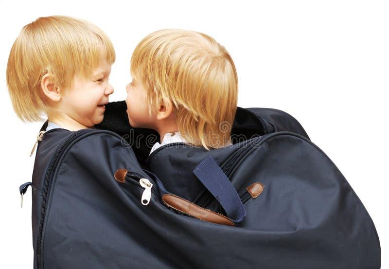 ребенок ходя по магазинам 2 мешка стоковое изображение