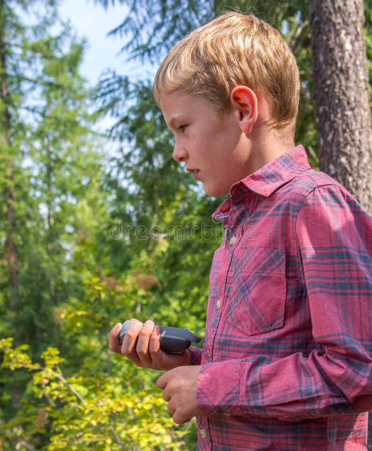 Ребенок geocaching стоковое изображение rf
