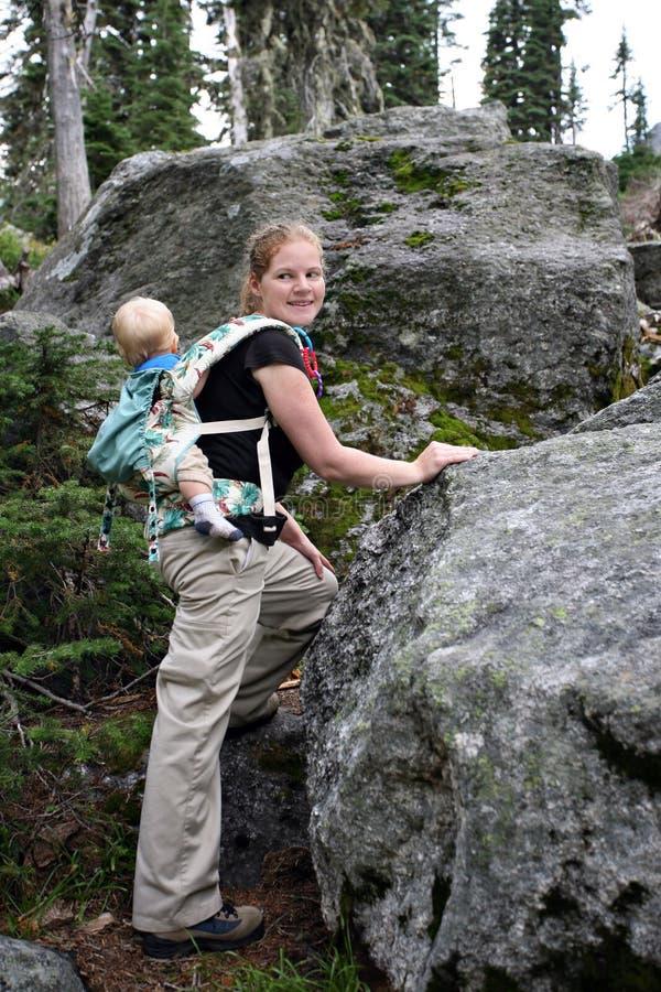 ребенок hiking мать стоковое изображение