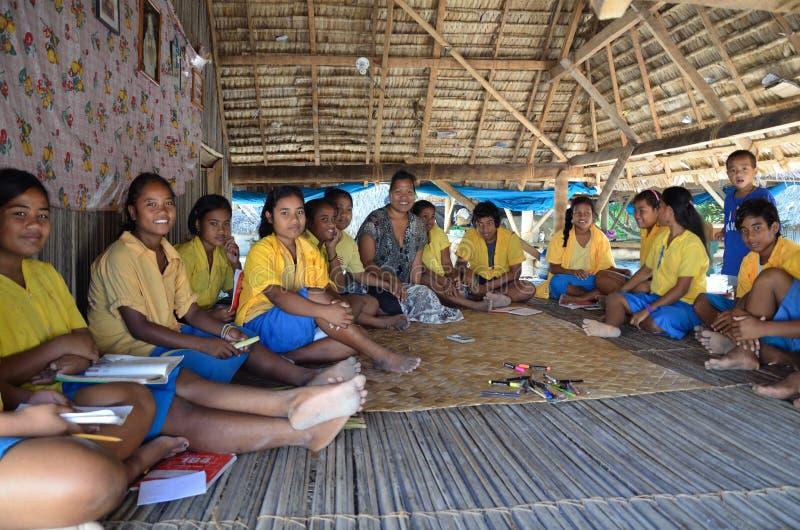 Ребеята школьного возраста на дуть остров стоковая фотография rf