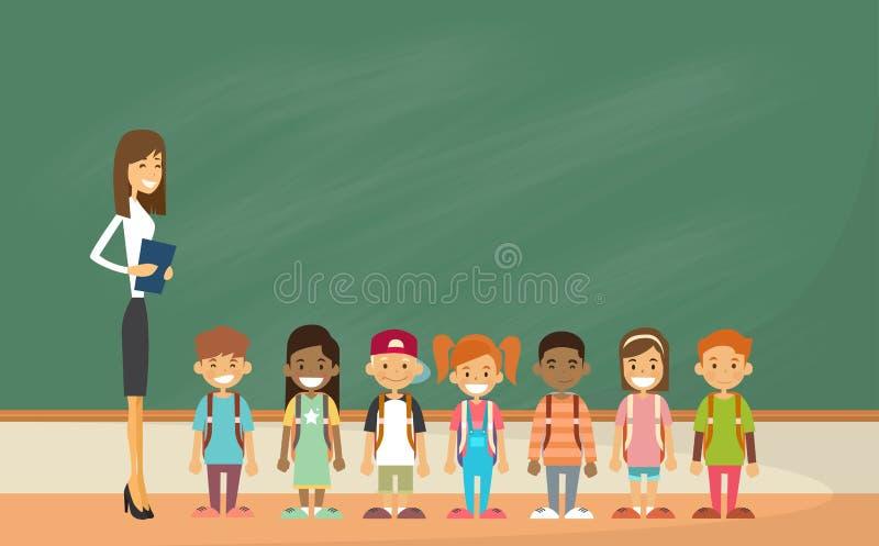 Ребеята школьного возраста собирают с доской зеленого цвета класса учителя бесплатная иллюстрация